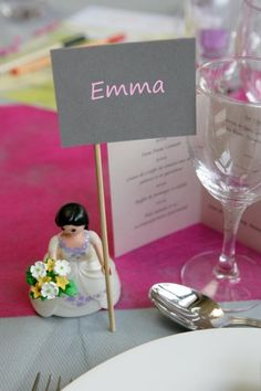 kid's table: let a playmobil bride or bridegroom hold the name card. The kids can take them home as a souvenir of the #wedding / Tischkartenhalter Hochzeit