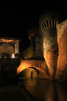 Pernes-les-Fontaines by night ©Alain Hocquel -http://www.provenceguide.com/villages/~/offres-19-1.html #Vaucluse #Provence