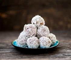 You don't need an oven to enjoy dessert when you've got this healthy coconut macaroons recipe. These no-bake snack balls are a treat you can feel good about eating. Peanut Butter Energy Balls Recipe, Biscuits Graham, Macaroon Recipes, Coconut Macaroons, Protein Ball, Protein Energy, Chocolate, Yummy Snacks, Vegetarian