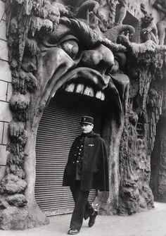 Robert Doisneau devant L'enfer