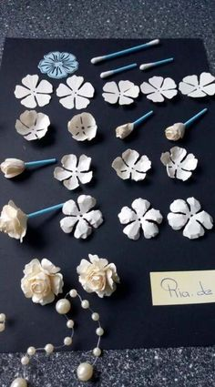 Simple paper rose Paper Crafts & The Ultimate Craft Ideas Paper crafts had been very popular for a while now. Most children start off doing paper crafts in school. The teachers commonly start the kid out with very simple paper crafting projects Paper Flowers Craft, Flower Crafts, Diy Flowers, Fabric Flowers, Origami Flowers, Simple Paper Flower, Paper Flowers Roses, Origami Rose, Paper Peonies