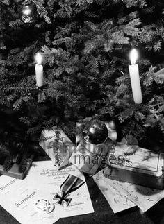 Kriegsweihnachten timeline classics/Timeline Images #40er #Abzeichen #DrittesReich #Propaganda #Weihnachten #Bescherung #Weihnachtsbaum #historisch #schwarzweiß Timeline Images, Badge, Christmas Tree, Monochrome, Christmas, Nice Asses