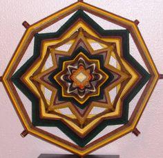 Mandala de lã 100% natural com suporte de varetas de pinus reflorestado.
