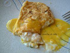 Una receta muy fácil y deliciosa: tortillitas francesas rellenas de bechamel de gambas y acompañadas de una salsa de azafrán