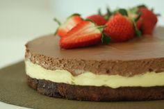 Fantastisk smakfull kake på en saftig bunn. Perfekt kake til en festlig anledning. Den passer også godt som dessert med en frisk bærsaus ved siden av.Kilde: Konditor Ellen-Christine Lendengen. Foto: Jan Soppeland