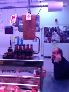 Este es una foto de un hombre que trabaje a una carnicería. Él nos dijo la diferencia entre chorizo y sobrasada porque los dos son muy similar. También, compremos sobresada por la fiesta en clase.