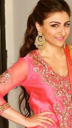 soha ali khan in Ritu Kumar for her Sangeet, sticking to Sharmila Tagore's favorite Calcutta designer Bollywood Celebrities, Bollywood Fashion, Soha Ali Khan Wedding, Indian Dresses, Indian Outfits, Indian Accessories, Ritu Kumar, Prettiest Actresses, Hindu Bride