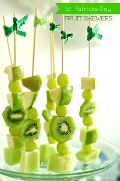 this st patricks day party is filled with ideas to make your party amazing! healthy st patricks day fruit skewers, rainbow streamer backdrop, and shamrock juice recipe St Patrick Day Snacks, St Patricks Day Food, St Patricks Day Snacks For School, Fruit Vert, Green Fruit, Green Grapes, Sant Patrick, Fruit Kabobs Kids, Fun Fruit