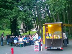 O's Catering Waldfest mit Freunden. O's Freddy Foodtruck ist völlig autark #oscurry #foodtruck #catering #event #partyservice #currywurst #mieten