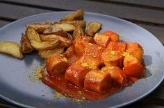 Currywurst mit Kartoffelspalten