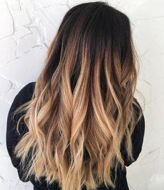 lange haare natürlich dunkelbraune farbe mit blonden strähnen und spitzen attraktiver machen lockenstab locken