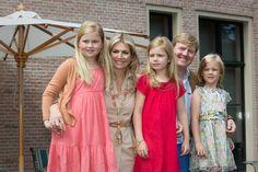 Wassenaar, 19 juli 2013: Koning Willem-Alexander, Koningin Máxima en hun kinderen de Prinses van Oranje, Prinses Alexia en Prinses Ariane op landgoed De Horsten © RVD; foto: Marcel Vogel