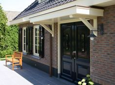 Mooie entree voor jaren 30 woning. Front Porch Pergola, Small Front Porches, Traditional Home Exteriors, Traditional House, Porch Roof Design, Dutch House, Next At Home, Exterior Doors, House Front