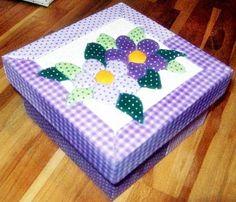 Caixa em MDF decorada com a técnica de patchwork embutido e totalmente revestida de tecido 100% algodão. Fazemos também em outras cores e tamanhos sob encomenda.