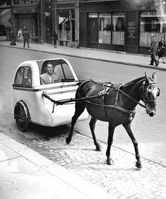 photos-de-france:  Voiture hippomobile ultra-légère mise en circulation à Paris en septembre 1943.
