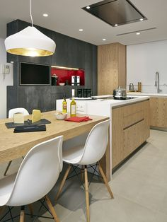 Molins Interiors // arquitectura interior - cocina - comedor - isla - mesa - mobiliario - lámpara decorativa