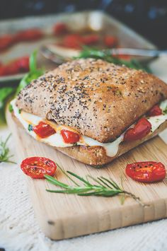 Mediterráneo clara de huevo Breakfast Sandwich con tomates asados