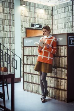 Orla Kiely Fashion Show Sexy Librarian, Librarian Style, Library Photo Shoot, Library Girl, Woman Reading, Book Girl, How To Pose, Fashion Show, Punk Fashion