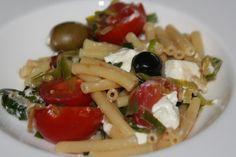 Sommerküche:: Maccheroni mit Ziegenkäse, Ruccola und Oliven Eating Well, Pasta Salad, Meat, Chicken, Ethnic Recipes, Food, Olives, Fresh, Food And Drinks