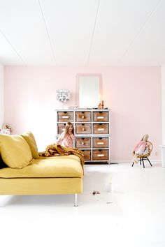 Frivole.nl -Musterd yellow couch söderhamn. Handmade crochet blanket, white floor, old wooden dresser. Pik and yellow. Pastel. Diy mirror, painted frame colour: Blossom. Pale pink wall, colour: Powder Blush by @Paintingthepast Interieur, geel en roze. Binnenkijken. Styling & photo: Susanne Otter