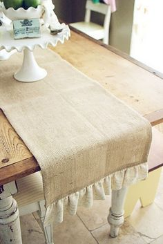 Gotta get me some Burlap. rustic Table Runner with ruffle/lace Rustic Table Runners, Burlap Table Runners, Burlap Crafts, Diy Crafts, Do It Yourself Furniture, Creation Couture, Table Covers, Table Settings, Sweet Home