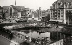 1 april grappen : Braakliggend terrein tegenover het Paleis op de Dam in Amsterdam. Na twintig jaar braak zou het in 1923 worden bebouwd, hetgeen achteraf niet waar is geweest. Links boven de Nieuwe Kerk, rechtsboven gebouw De Bijenkorf.
