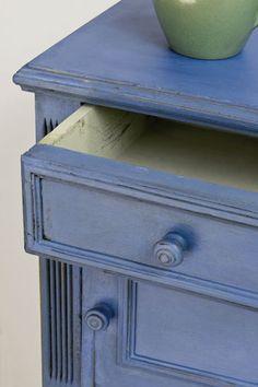 Annie Sloan Greek Bue is een warm blauwe tint zonder groen erin. Het is een sterke positieve kleur, die de kleur is van rustieke deuren, luiken en meubelstukken, die je kan vinden in de landen rondom de Middellandse Zee. Annie Sloan Greek Blue voelt zich thuis in een een neo klassieke setting. Annie Sloan Greek Blue gaat goed samen met Annie Sloan Versailles, Coco en Antibes Green.