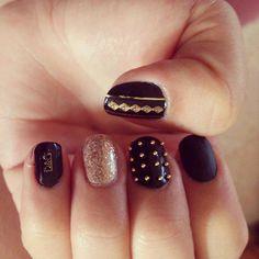 Black and gold fashion nails.