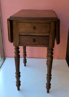 pähkinäpuinen yöpöytä 1930 luvulta . korkeus 69cm . syvyys 51cm . leveys 73/37cm . #koopernu
