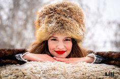Okkal választottátok a téli dátumot az esküvőtök idejéül. Élvezd azokat az előnyeit, amit egy nyári esküvő soha nem adhatott volna nektek! Modell: Pölös Viktória Smink: Gila Olga Gila, Winter Hats, Fashion, Moda, Fashion Styles, Fashion Illustrations