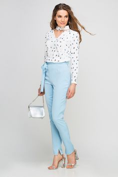 Capri Outfits, Jean Outfits, Work Outfits, Work Fashion, Modest Fashion, Light Jeans Outfit, Mode Simple, Working Woman, Capri Pants