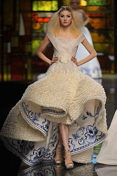 John Galliano goes Dutch! It's exciting to be a Dutch girl (or boy). John Galliano's Spring/Summer 2009 haute couture collection for Dior is inspired by the great masters of the Dutch school..  They include Rembrandt van Rijn, Frans Hals, Johannes Vermeer, Antoon van Dyck en Jan Steen.