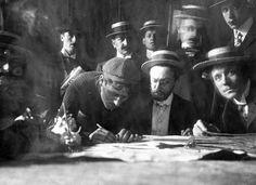 1903 1/7 rit 1 Montgeron > Émile Georget (g) avec Alphonse Steines, le matin à Montgeron au café 'Le réveil matin'.  Sur 78 engagés, 21 coureurs termineront la course