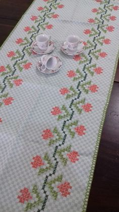 Lovely floral cross stitch embroidered tablecloth in linen Cross Stitch Rose, Cross Stitch Borders, Cross Stitch Designs, Cross Stitching, Cross Stitch Patterns, Easy Scarf Knitting Patterns, Chicken Scratch Embroidery, Candy Gift Box, Palestinian Embroidery