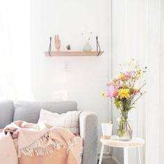 Apaixonada por flores, Jess aposta nelas para trazer cores para o décor. As mesas laterais também são grandes aliadas na hora de compor a decoração. Os cantinhos da casa ganham cores com a combinação de vasos, velas e almofadas (Foto: Reprodução/Instagram)