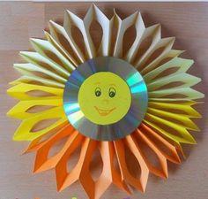 Из старого компакт-диска и цветной бумаги сделаем солнышко. Бумагу сложим гармошкой и вырежем окошки на лучах. Понадобится: старый CD, цветная бумага солнечных оттенков, ножницы, степлер, циркуль, двусторонний скотч.