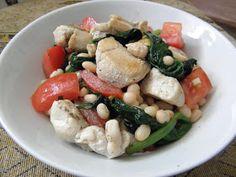 Fazolový salát se špenátem, rajčaty a kuřecím masem