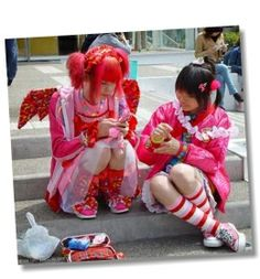 """Japanese Harajuku Girls and Harajuku Style has been used to describe teens dressed in many fashion styles ranging from Gothic Lolita (also gothic loli) Visual Kei, Ganguro, Gyaru, Kogal, to """"cute"""" Kawaii style clothing. Harajuku Girls, Moda Harajuku, Harajuku Mode, Harajuku Style, Harajuku Japan, Japanese Harajuku, Japanese Streets, Japanese Street Fashion, Tokyo Fashion"""