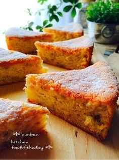 ꒡̈⃝ バナナ大量消費♡ふんわりケーキ♡  18㎝丸型 2台分はあります(^ ^)  卵 3個 三温糖 180g バナナ4本 ◎薄力粉 250g ◎塩 ひとつまみ ◎ベーキングパウダー小さじ2 ☆無塩バター 50g(ココナッツオイル) ☆牛乳 50g  ◎は合わせてふるう。 ☆は一緒に入れてラップして、 レンジで500W1分30秒したら置いとく。(湯煎で溶かしても)  大きいボウルに卵を割り入れて、三温糖も加えて少し混ぜ、湯煎して、人肌温度になったら、湯煎から出して、ミキサーでもったりするまでガーッとやる。 そこに溶かしバター入れて、潰したバナナも入れて混ぜる。 最後に合わせてふるった◎を加えて、ヘラで混ぜ合わせる。この時点ですごい量です(爆)  2台の型に流して170度で40分焼く。   シッットリしたバナナケーキですよん♡ ウマすぎるーー!! Banana Recipes, Donut Recipes, Sweets Recipes, Cooking Recipes, Bread Cake, Happy Foods, Cafe Food, Sweet Cakes, Sweet Desserts