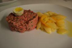 Rindstatar mit warmen Spargelsalat und Wachtelei Rind, Meatloaf, Viajes, Cooking, Recipes, Meat Loaf