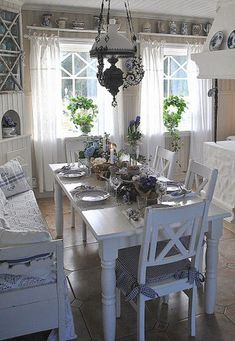 21 Trendy shabby chic kitchen ideas farmhouse light fixtures - All For Decoration Shabby Chic Dining Room, Dining Room Table Decor, Country Dining Rooms, Shabby Chic Cottage, Cottage Style, Shabby Chic Kitchen Cabinets, Country Living Fair, Table Bench, Country Kitchen