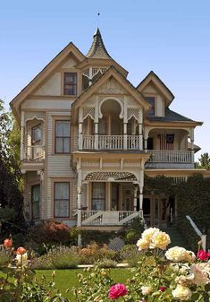 the Fred Goeller House, 234 Riverside Dr, Klamath Falls, Oregon - George Barber was te architect Beautiful Buildings, Beautiful Homes, Victorian Style Homes, Victorian Houses, Cute House, Victorian Architecture, Sims House, Old House Dreams, Queen Anne