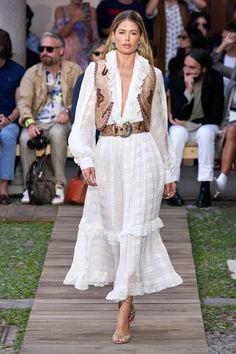 Etro Spring 2020 Ready-to-Wear Fashion Show - Vogue Fashion Weeks, Fashion 2020, Runway Fashion, Boho Fashion, Spring Fashion, Fashion Kids, Milan Fashion, Fashion Pants, Fasion