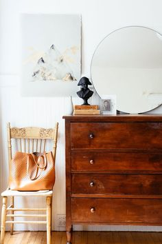 Here are some doable living room decor and interior design tips that will make your home cozy and comfortable for family and friends. Ikea Tarva Dresser, Dresser As Nightstand, Dresser Styling, Vintage Bedroom Decor, Decor Vintage, San Francisco Houses, Home Living, Home Bedroom, Bedrooms