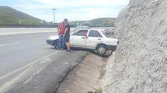 Destroza su vehículo contra cerro en la carretera a Cuauhtémoc | El Puntero