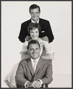 1960 Publicity photo for CAMELOT: Robert Goulet, Julie Andrews and Richard Burton. Hollywood Stars, Classic Hollywood, Old Hollywood, Robert Goulet, Photo Direct, Eliza Doolittle, Carol Burnett, Julie Andrews, Renaissance Dresses