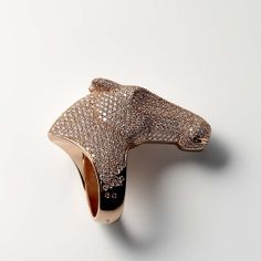 La bague Galop d'Hermès en or rose et diamants http://www.vogue.fr/joaillerie/le-bijou-du-jour/diaporama/le-bracelet-cheval-galop-d-hermes/18577#!la-bague-galop-d-039-hermes-en-or-rose-et-diamants