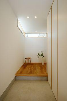 ハイサイドライトのある玄関 House Rooms, Foyer, My House, Entrance, Kitchen Decor, House Design, Windows, Mirror, Interior Design