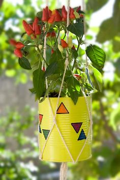 Latas de alumínio pintadas para servirem de vasos de plantas