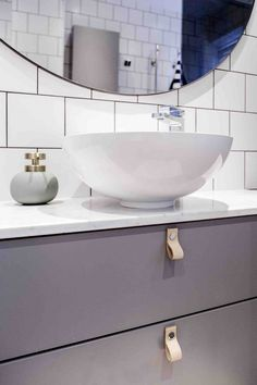 Industriellt badrum i 20-tals villa. Ovanpåliggande handfat. Kommod och väggskåp är från Svedbergs sortiment där du kan mixa och matcha så som du själv vill. Den stora runda spegeln är beställd från Svenssons i Lammhult. Läderhandtag i ljust läder. Scandinavian Bathroom, Bathroom Inspiration, Bathtub, Matcha, House Design, Mirror, Furniture, Bathrooms, Drinks